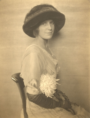 Gertrude Käsebier: Seated woman in hat and gloves