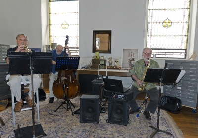 The fabulous Midi Trio (Rich Ciocco, George Sciole, and Marty Fumo) entertains Garden Party guests with some rollicking jazz. Photo: Stephen Perloff.